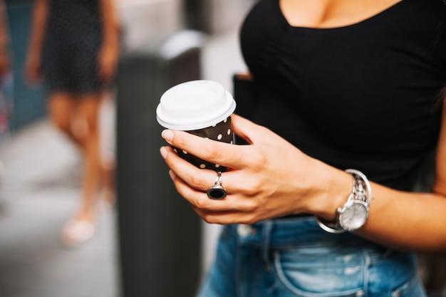 Mujer con reloj con taza de café