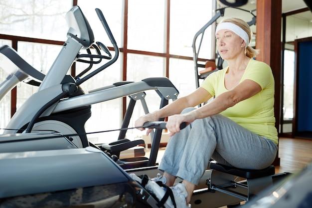 Mujer remando en el gimnasio