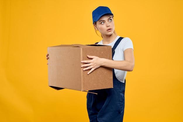Mujer en repartidor de ropa especial y cargador de mensajería sin contacto