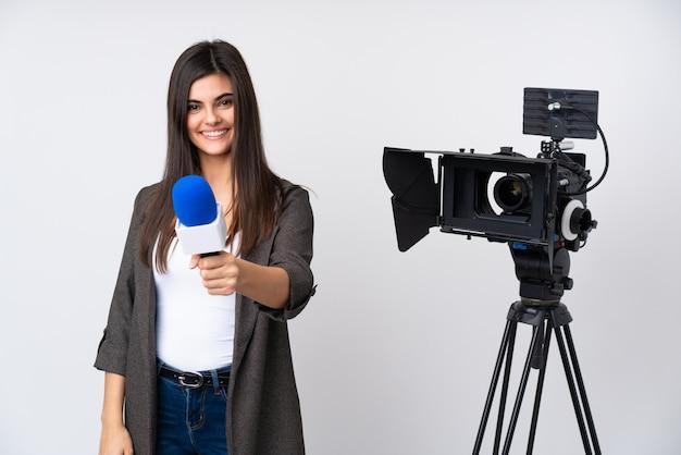 Mujer reportera con cámara y micrófono
