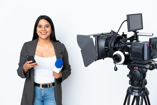 Mujer reportera sosteniendo un micrófono y reportando noticias en blanco