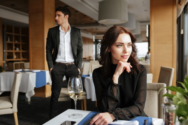 Mujer en restaurante con hombre