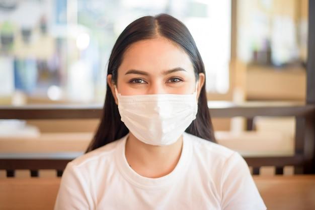 Mujer en restaurante con mascarilla de protección