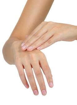 Mujer reteniendo la mano y masajeando en el área del dolor aislada en blanco