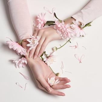 La mujer del retrato del arte de la moda florece en su mano
