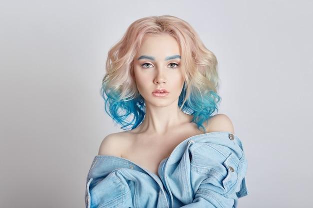 Mujer del retrato con el pelo que vuela coloreado brillante