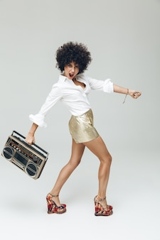 Mujer retro emocional vestida con camisa con boombox.