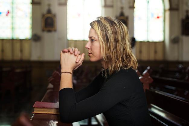 Mujer rezando en la iglesia
