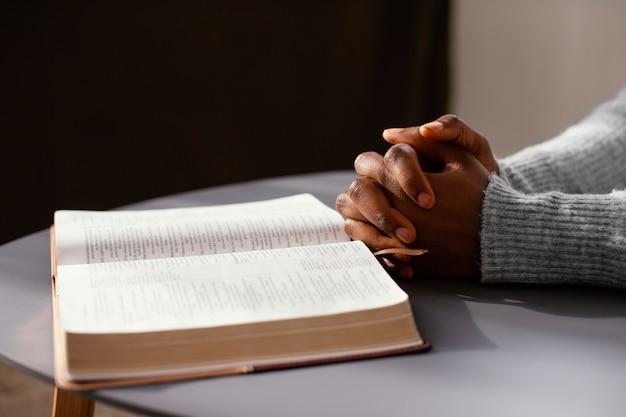 Mujer rezando por sus seres queridos