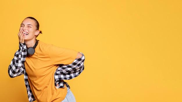 Mujer riendo con auriculares y espacio de copia