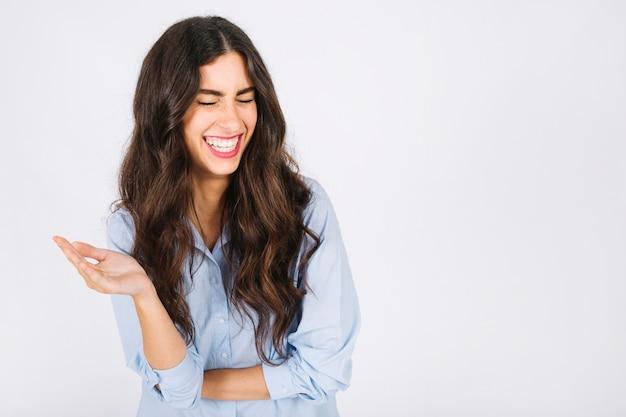 Mujer riendo y copyspace