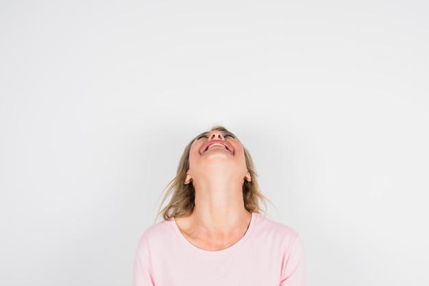 Mujer riendo envejecida en blusa rosa