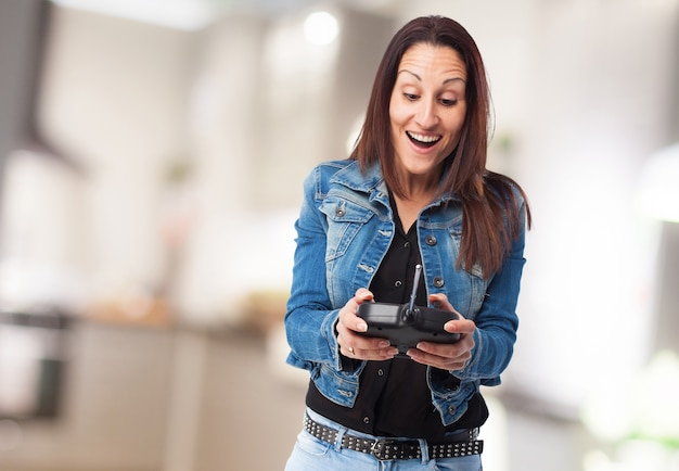 Mujer riendo con un mando radio control