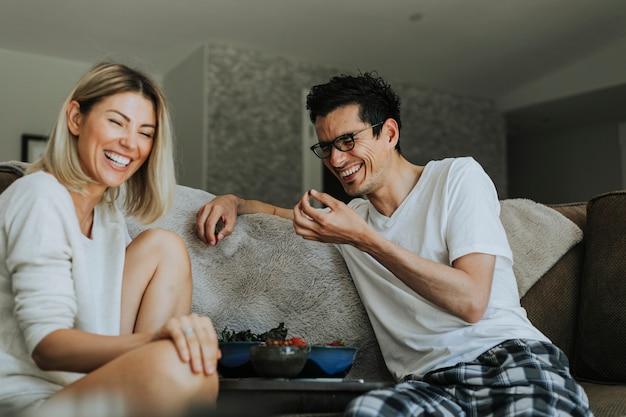 Mujer riéndose de su gracioso novio