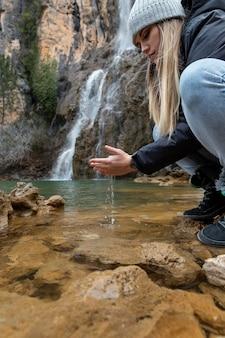 Mujer, en, río, lavarse las manos