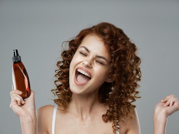 Mujer rizada con cabello