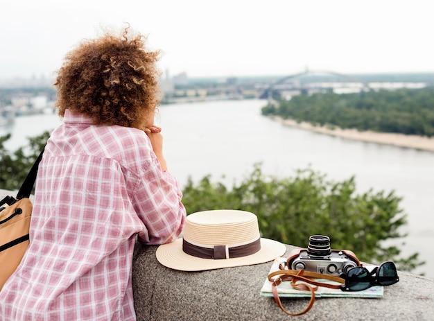 Mujer rizada disfrutando de la vista