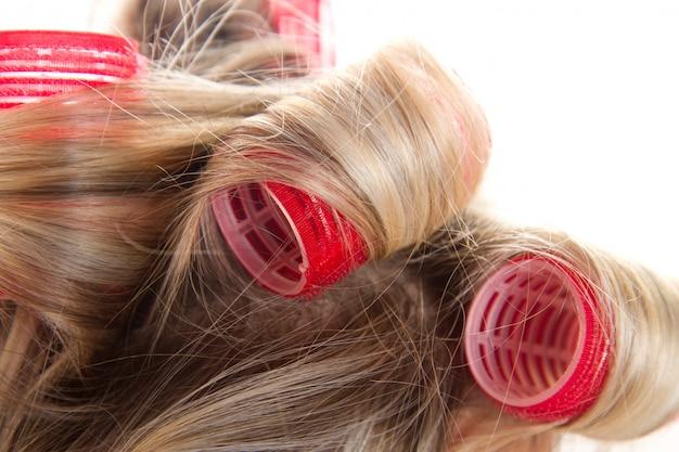 Mujer con rizadores de pelo