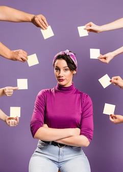 Mujer rodeada de manos y notas adhesivas con confianza