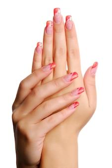 Uñas de mujer roja.