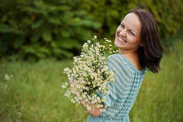 Mujer romántica belleza al aire libre
