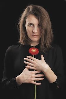 Mujer romántica y hermosa margarita roja