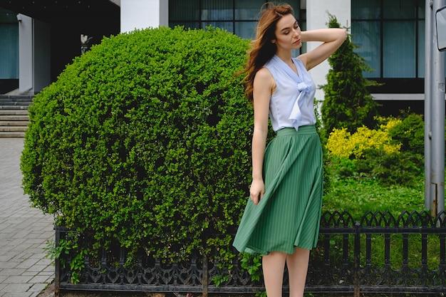 Mujer romántica en ropa retro