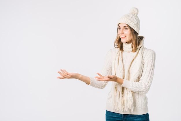 Mujer en ropa de abrigo gesticulando y mirando a otro lado