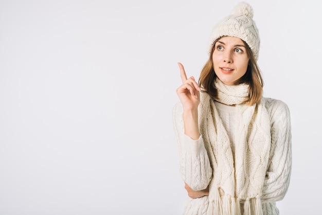 Mujer en ropa de abrigo teniendo idea