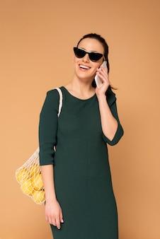 Mujer en ropa casual con bolsa de tortuga reutilizable