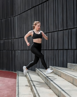 Mujer en ropa deportiva corriendo al aire libre