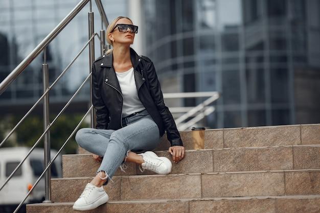 Mujer con ropa elegante en una ciudad de verano