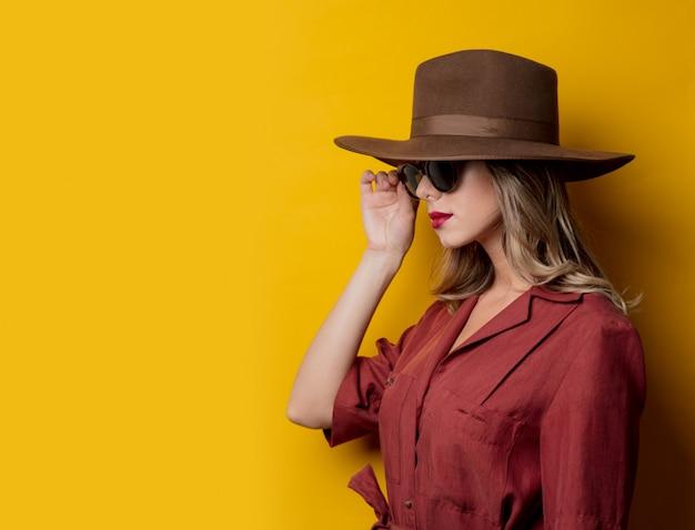 Mujer en ropa de estilo años 40 y gafas de sol