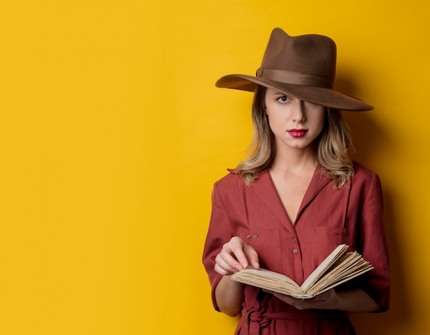 Mujer en ropa de estilo años 40 con libro