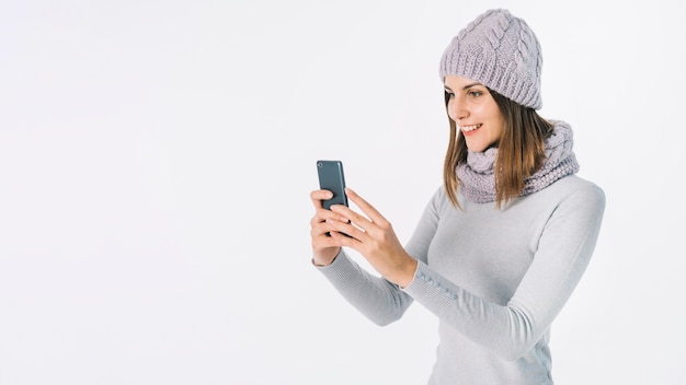 Mujer en ropa gris tomando selfie