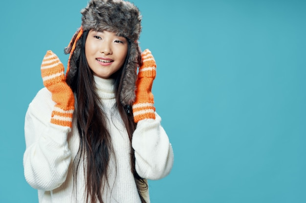 Mujer en ropa de invierno apariencia asiática guantes frescos gorro de invierno estilo de vida elegante azul