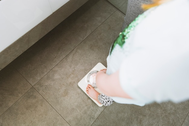 Mujer en ropa ligera en el baño