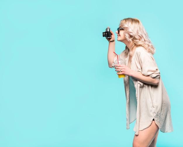 Mujer en ropa de playa tomando fotos