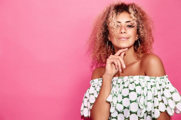 Mujer en ropa de verano de moda posando