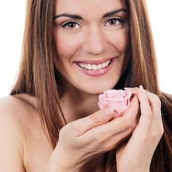 Mujer con rosa rosa sobre fondo blanco.