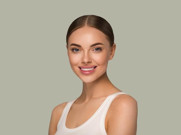 Mujer de rostro de piel hermosa natural maquillaje modelo de mujer de belleza de piel sana. fondo de color verde