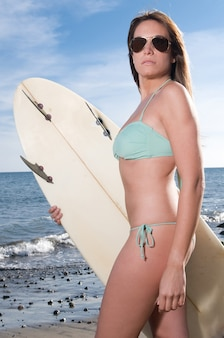 Mujer rubia, con, biquini, esperar, para, surf