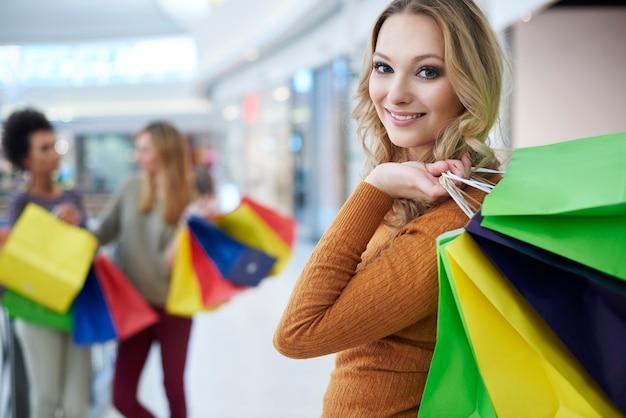 Mujer rubia con bolsas de la compra.
