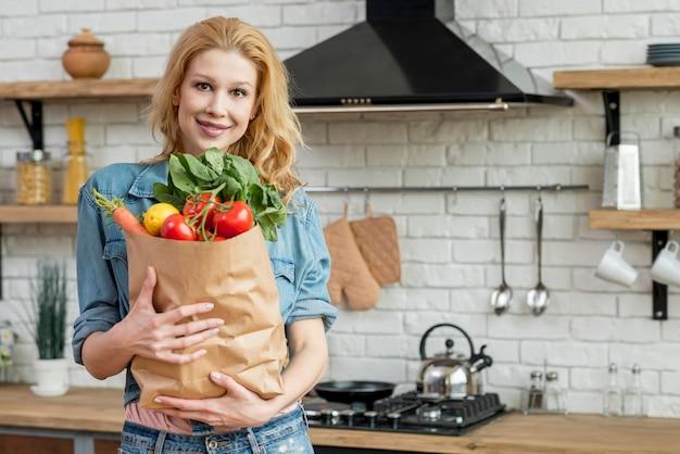 Mujer rubia en la cocina