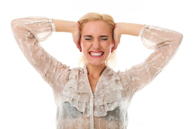 Mujer rubia cubriendo sus oídos