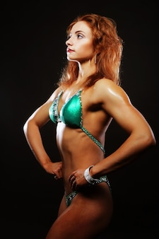 Mujer rubia culturista en bikini