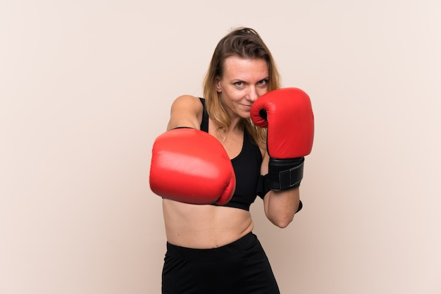 Mujer rubia deporte con guantes de boxeo