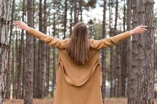 Mujer rubia disfrutando de la naturaleza