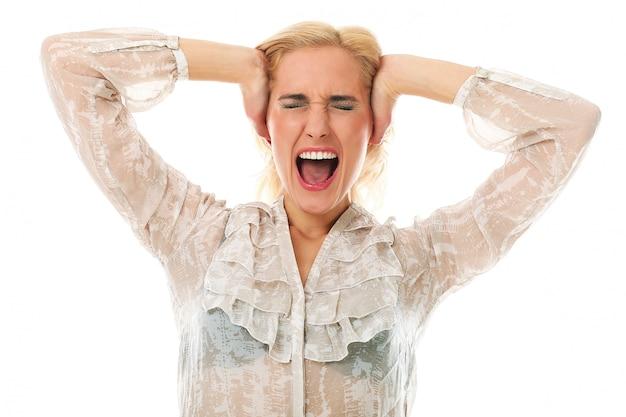 Mujer rubia gritando
