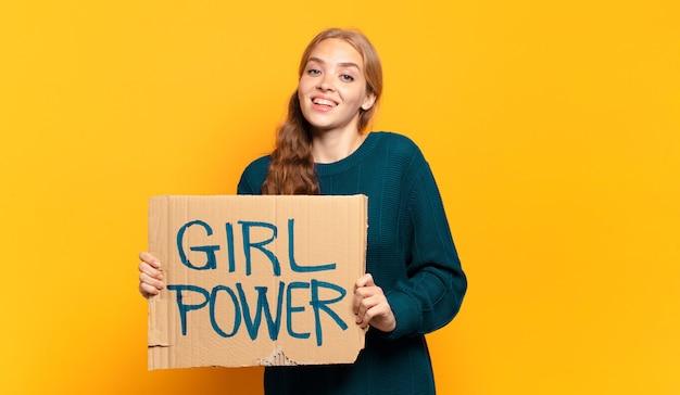 Mujer rubia joven. concepto de igualdad y poder femenino